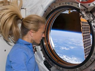Space-shuttle-discovery-Karen-Nyberg